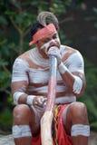 Homem australiano nativo que joga a música aborígene no instrumento de Didgeridoo fotos de stock royalty free