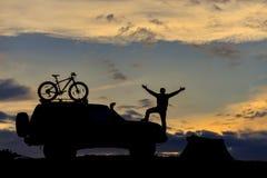 homem aventuroso, preparações de acampamento e tempo do por do sol foto de stock royalty free