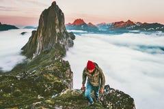 Homem aventuroso que caminha no estilo de vida ativo exterior das montanhas imagens de stock royalty free