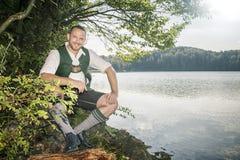 Homem bávaro da tradição no lago imagem de stock