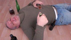 Homem bêbado com manutenção que dorme no assoalho filme
