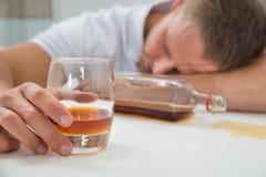 Homem bêbado com um vidro do licor fotografia de stock
