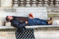 Homem bêbado no banco Imagens de Stock Royalty Free
