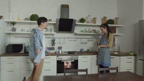 Homem bêbado que encontra a esposa falar no telefone na cozinha video estoque