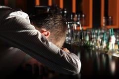 Homem bêbedo na barra fotografia de stock royalty free