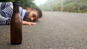 Homem bêbedo na estrada imagem de stock royalty free