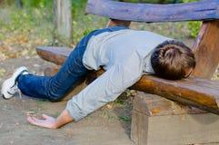 Homem bêbedo que dorme no parque imagens de stock royalty free
