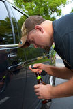 Homem bêbedo que tenta destravar seu carro e conduzi-lo imagem de stock royalty free