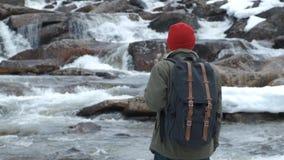 Homem Backpacking do caminhante que olha a vista cênico do rio raging na floresta noroeste pacífica da montanha video estoque