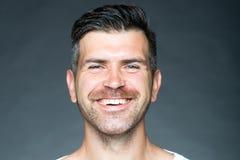 Homem barbeado que sorri com cerda imagens de stock