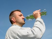 Homem bebendo Fotos de Stock