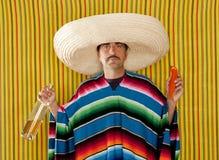 Homem bebido do sombrero do tequila do bigode pimentão mexicano imagem de stock