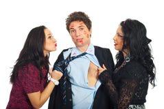Homem beijado por duas mulheres elegantes Fotografia de Stock