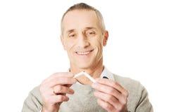 Homem bem sucedido com cigarro quebrado Foto de Stock