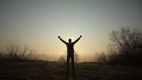Homem bem sucedido feliz que comemora durante o nascer do sol ou o por do sol Feliz e livre O indivíduo levanta suas mãos e exult filme