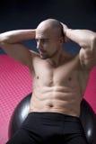 Homem bem treinado na ginástica Fotografia de Stock Royalty Free