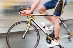 Homem bicycling azul rápido, sideview sem torso foto de stock