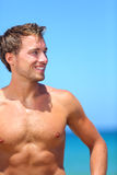 Homem bonito considerável no sorriso da praia feliz Fotografia de Stock Royalty Free