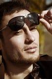 Homem bonito em óculos de sol elegantes. imagem de stock