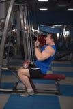Homem bonito, poderoso, forte que levanta no gym Imagens de Stock Royalty Free