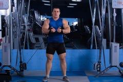 Homem bonito, poderoso, forte que levanta no gym Foto de Stock Royalty Free