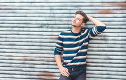 Homem bonito que levanta, indivíduo considerável com camiseta colorida foto de stock