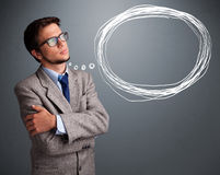 Homem bonito que pensa sobre a bolha do discurso ou do pensamento com co Fotografia de Stock