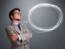 Homem bonito que pensa sobre a bolha do discurso ou do pensamento com co Imagens de Stock Royalty Free