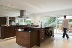 Homem borrado na cozinha moderna Imagem de Stock Royalty Free