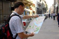 Homem branco com viagem do mapa Fotografia de Stock Royalty Free
