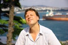 Homem branco que aprecia o sol Fotos de Stock