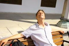 Homem branco que aprecia o sol e o sorriso Imagens de Stock