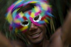 Homem brasileiro que comemora o carnaval na máscara colorida imagens de stock royalty free