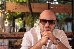 Homem calvo novo com óculos de sol imagem de stock royalty free
