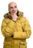 Homem calvo que veste um revestimento amarelo do inverno Fotos de Stock