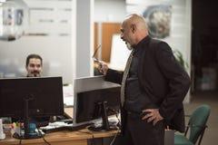 Homem calvo superior que trabalha no escritório com terno preto fotografia de stock