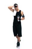Homem cansado dos esportes com toalha e garrafa com água Fotos de Stock