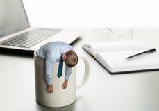 Homem cansado no copo branco Foto de Stock Royalty Free