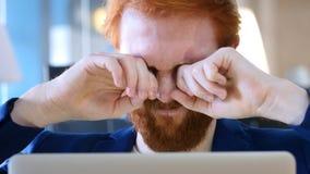 Homem cansado no trabalho que fricciona seus olhos Imagens de Stock