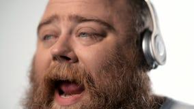 Homem carnudo que canta com aspiração video estoque