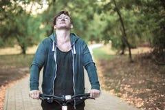 Homem caucasiano considerável que bicycling no parque foto de stock royalty free