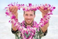 Homem caucasiano de Havaí com leus havaianos bem-vindos fotografia de stock royalty free