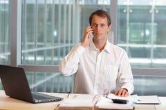 Homem caucasiano do trabalhador de colar branco no telefone Fotos de Stock