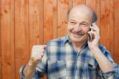 Homem caucasiano feliz com bigode que fala no telefone celular Fotografia de Stock