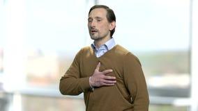 Homem caucasiano maduro que tem a dor do coração vídeos de arquivo