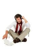 Homem caucasiano novo considerável, música escutando fotografia de stock royalty free