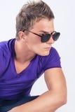 Homem caucasiano novo nos monóculos que olha fixamente afastado Fotos de Stock Royalty Free