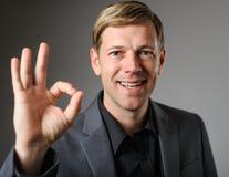 Homem caucasiano novo que dá o gesto de mão UM-APROVADO Imagem de Stock Royalty Free