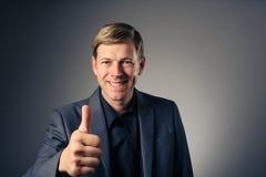 Homem caucasiano novo que dá o gesto de mão UM-APROVADO Imagens de Stock Royalty Free