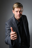 Homem caucasiano novo que dá o gesto de mão UM-APROVADO Imagens de Stock